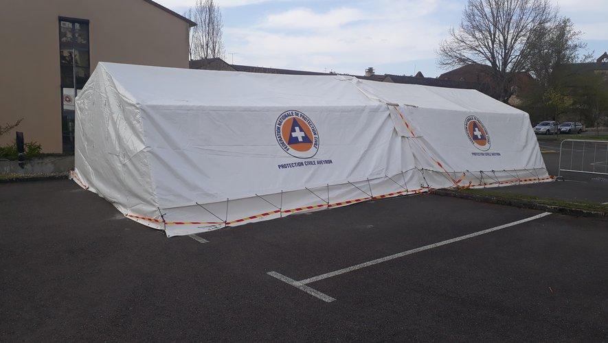 Une immense tente chauffée de la Protection civile a été installée devant l'hôpital.
