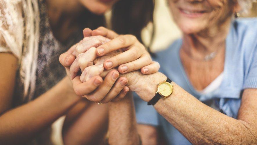 En temps normal, les personnes âgées sont souvent confrontées à un isolement. Mais la distanciation sociale actuellement mise en place pour lutter contre la pandémie amplifie très certainement ce sentiment de solitude.