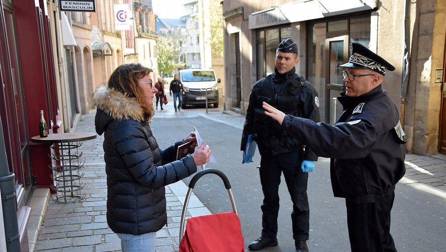 Le Directeur de la sécurité publique en Aveyron, Jérôme Buil (à droite) a procédé, aux côtés d'autres policiers, à plusieurs contrôles dans les rues de Rodez, mercredi matin. Des contrôles qui sont amenés à se renouveler jusqu'à la fin des mesures de confinement.