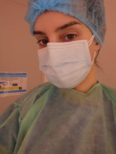 Mannequin depuis 2016 à Paris, Aurélie Lacombe a retrouvé son premier métier d'infirmière en pleine crise du Covid-19.