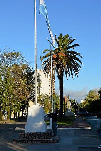 Le nouvel intendant de la ville, Gustavo Notararigo est sur tous les fronts. À l'hôpital pour l'acquisition d'un nouveau respirateur ou au pied du monument célébrant la guerre des Malouines, qui a opposé l'Argentine à la Grande-Bretagne et qui est commémorée le 2 avril.