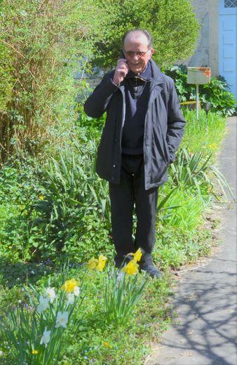 Jean Compazieu dans son jardin du presbytère : il continue ses activités d'animation paroissiale grâce à internet et au téléphone.