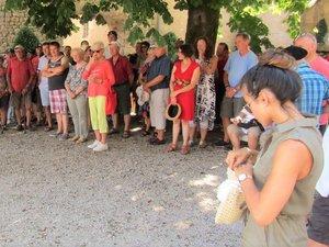 Les touristes devront patienterpour visiter le château.