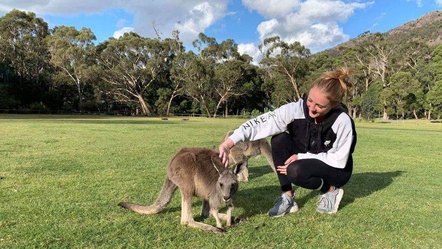 Erin avec les kangourous dans un parc près de Melbourne