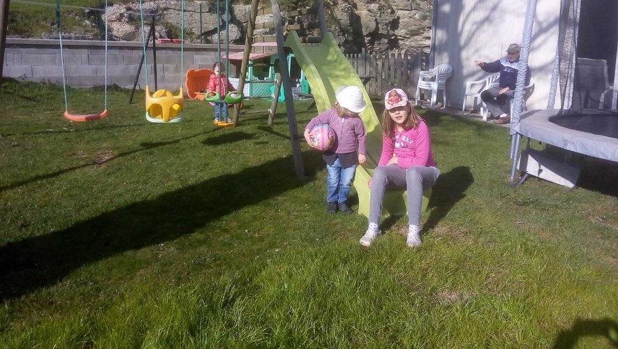 L'après-midi, jeux dans le jardin.