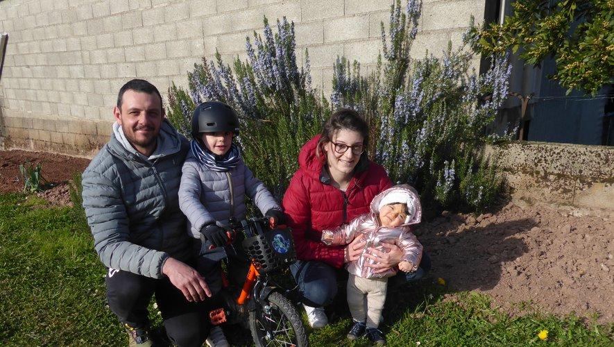 Jonathan, Gabriel, Anouck et Ninon profitent du beau temps .