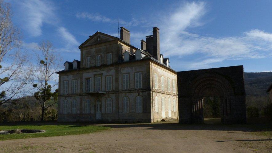 Cette vaste maison de maître côtoie un portail roman, seul vestige de l'ancienne église.