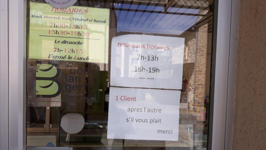 Les consignes affichées sur la porte du magasin