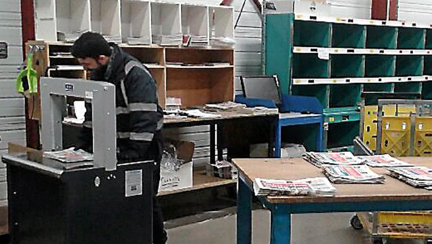 Pour les porteurs, la journée commence généralement dans un dépôt qui reçoit les journaux fraîchement imprimés.