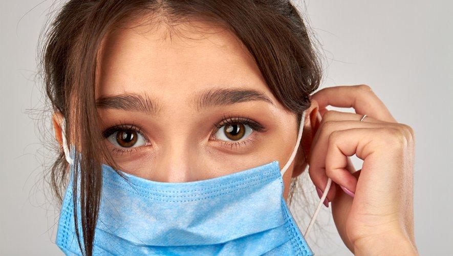 Une spécialiste anglaise préconise de bien nettoyer et hydrater sa peau au moins une demi-heure avant de mettre un masque.