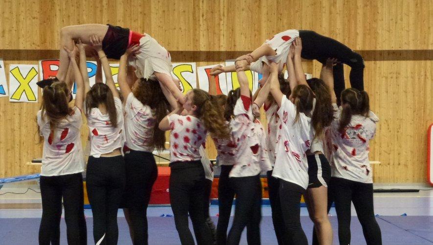 Des jeunes de la Maison du sport lors d'un spectacle.