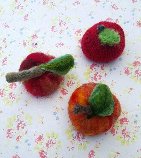 Pierre file l'alpaga devant les pommes en laine de Brigitte.