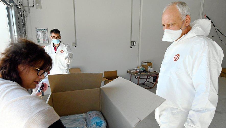 Distribution de masques chirurgicaux, hier après-midi, au conseil départemental.