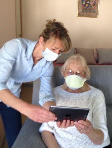 À l'EHPAD, le personnel soignant aide les résidants à communiquer avec leurs proches.
