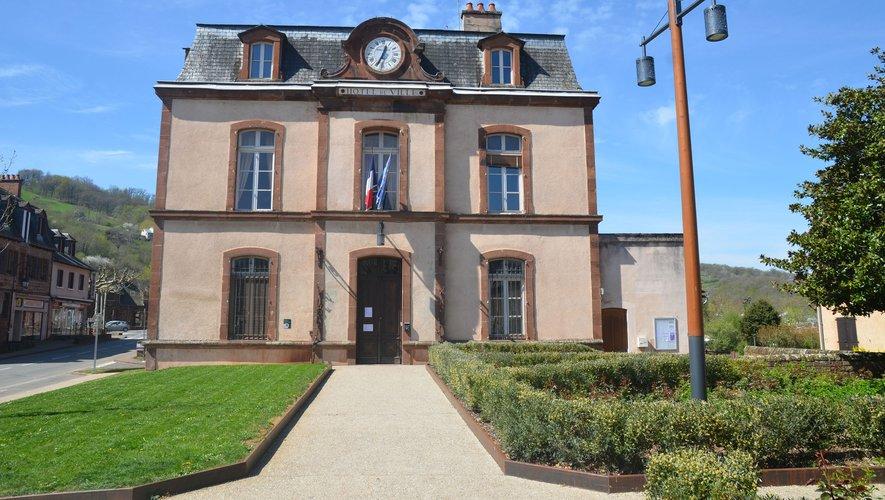 Avant 1880, la mairie était installée place du Centre (aujourd'hui place de l'Église).