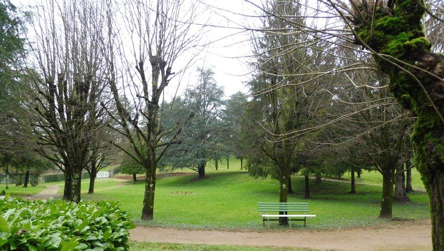 Le parc de l'hôpital, un lieu de repos et de promenade agréable.