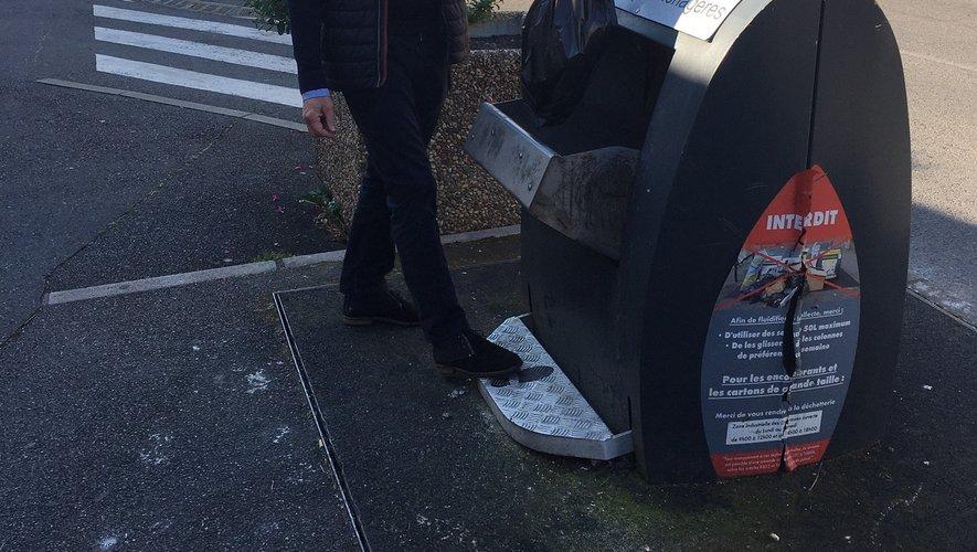« On peut mettre son sac noir dans le container qu'avec le pied, sans manipuler la poignée », montre Serge Roques.