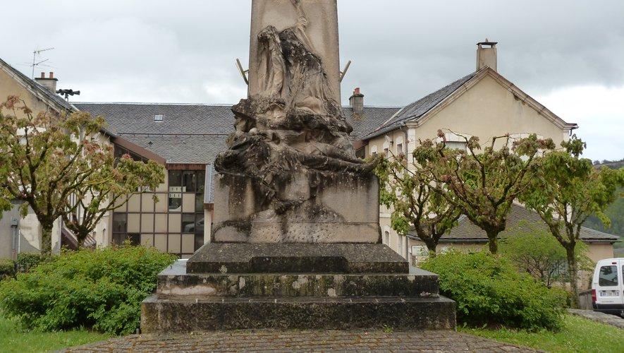 L'école Jean-Moulin derrière le monument aux morts