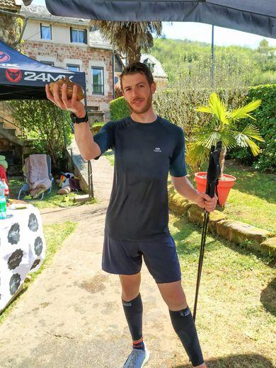 Benjamin Rascalou brandit son trophée après avoir tourné en rond pendant 16 heures et 45 minutes dans son jardin.