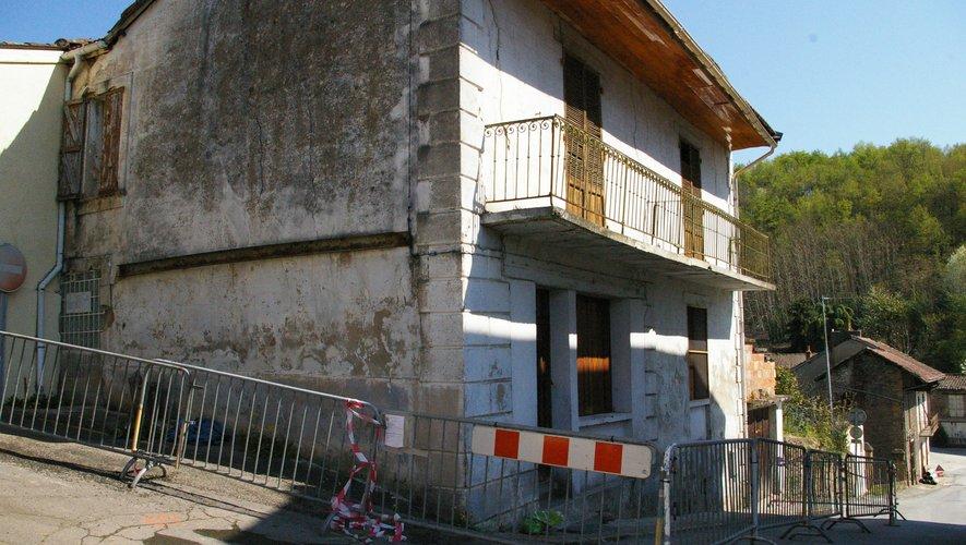 Un périmètre de sécurité a été établi autour de la maison en péril.