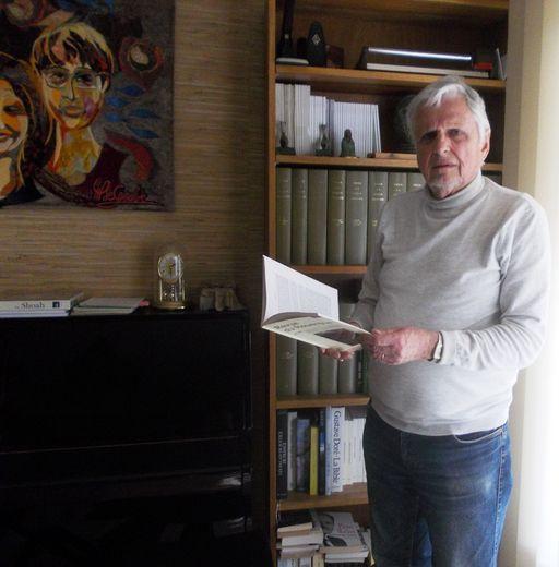Le président Serge-Charles Bories dans son bureau à Montpellier prend connaissance des articles du futur journal associatif.