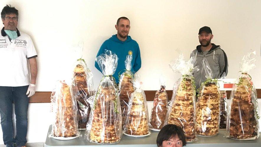 Quatre des membres du comité  avec leurs gâteaux prêts à livrer.