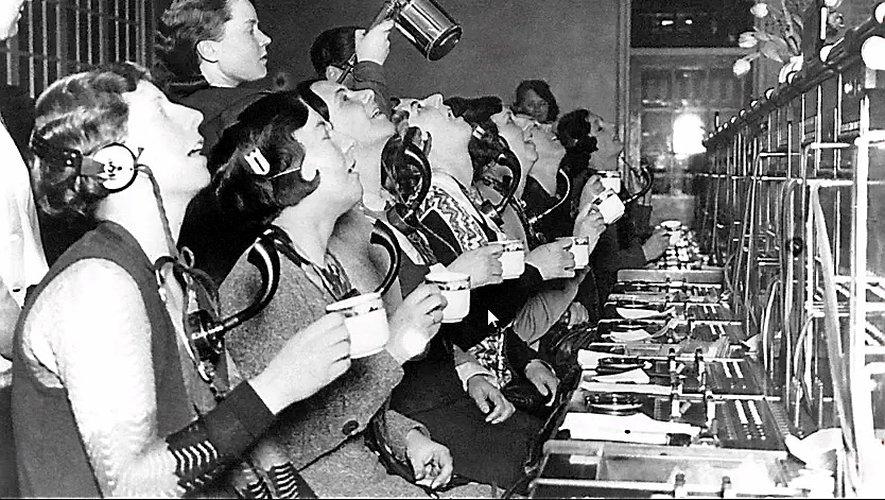 Londres 1918. Les opératrices d'un standard téléphonique en pleine séance de bain de bouche désinfectant.