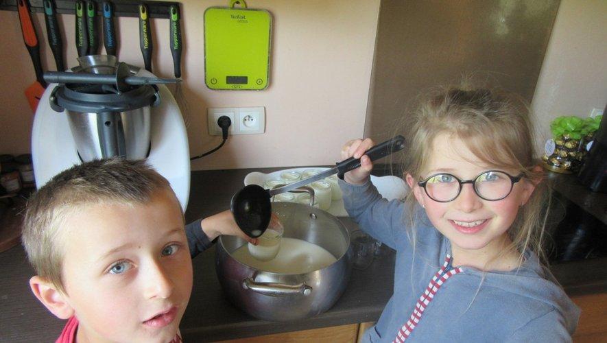 Jules et Charlotte préparent les yaourts .