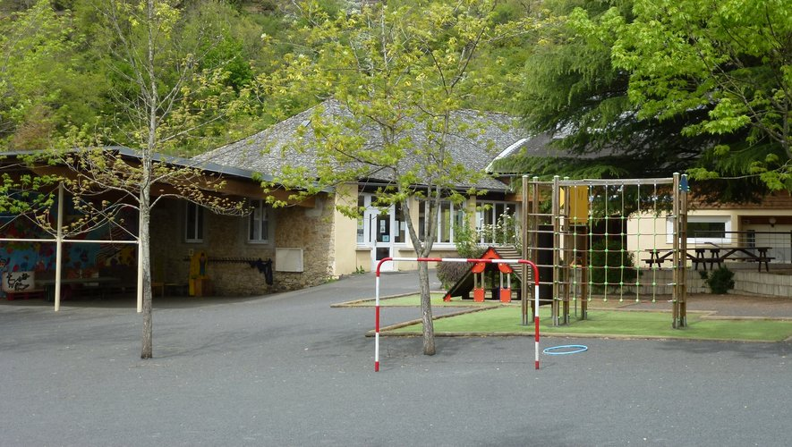 L'école Saint Hilarian est vide mais les élèves continuent à travailler.