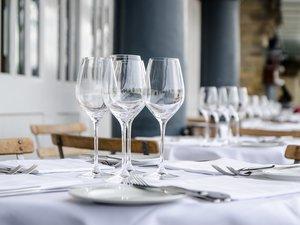 Les normes sanitaires renforcées et la distanciation qui s'imposeront dans les mois à venir forcent les professionnels de l'hôtellerie et la restauration à réinventer leur métier, afin de rassurer les consommateurs