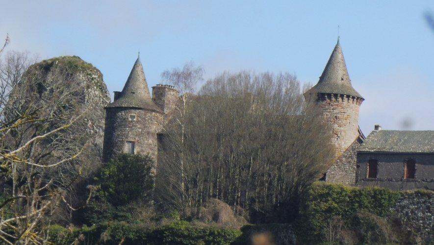 Le château de Roquelaure domine la vallée du Lot