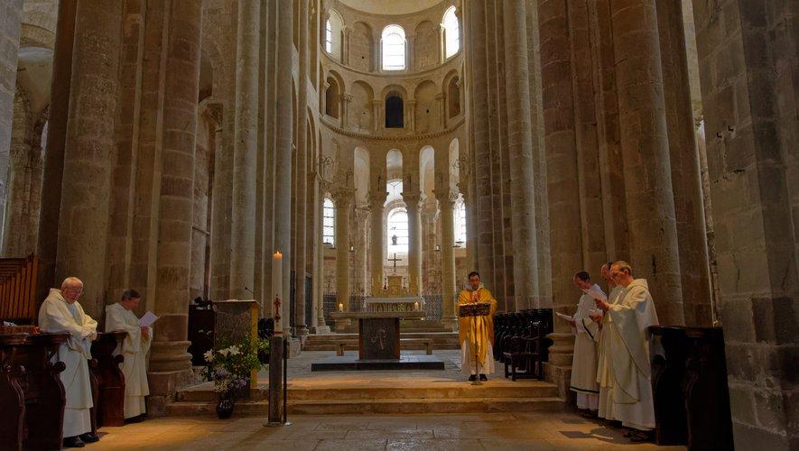 Moment de prière en l'abbatiale.