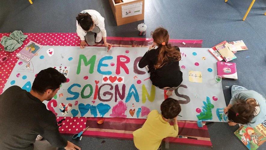 Les enfants en activité, encadrés par les membres du Créneau.