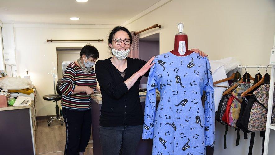Bérangère présente les sur-blouses.