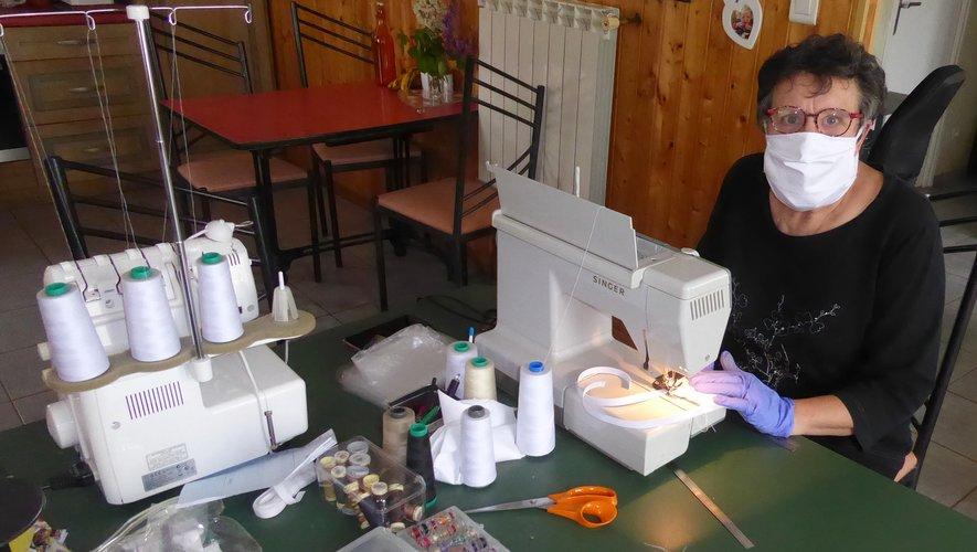 Françoise Courrière, en train de confectionner des masques dans son atelier provisoire.