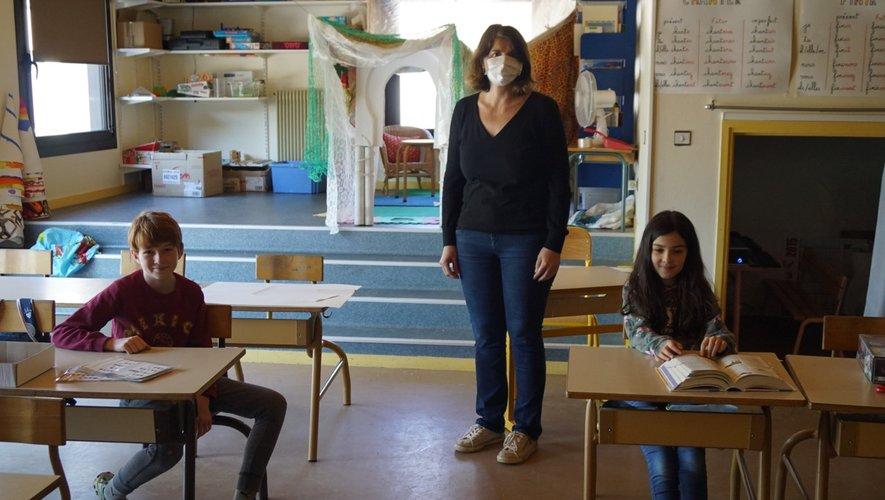Deux enfants du personnel soignant en garderie à l'école.