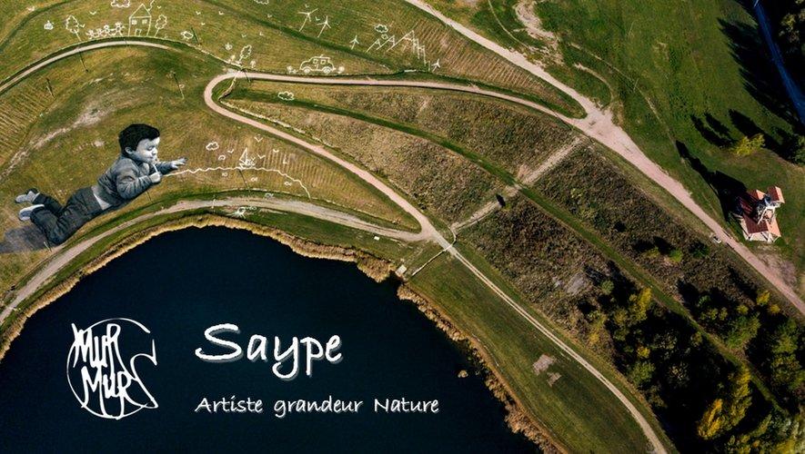 L'œuvre de Saype produite à Decazeville, vue d'un drone.
