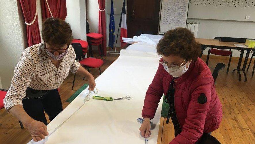 Les bénévoles au travail pour confectionner les masques.