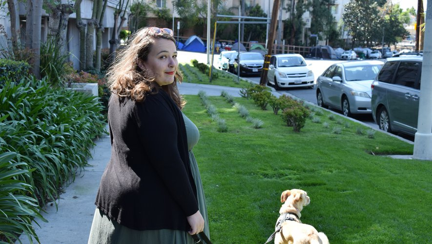 Blandine Chazarin s'accorde quelques sorties dans son quartier, notamment pour promener sa chienne Ariane. DR