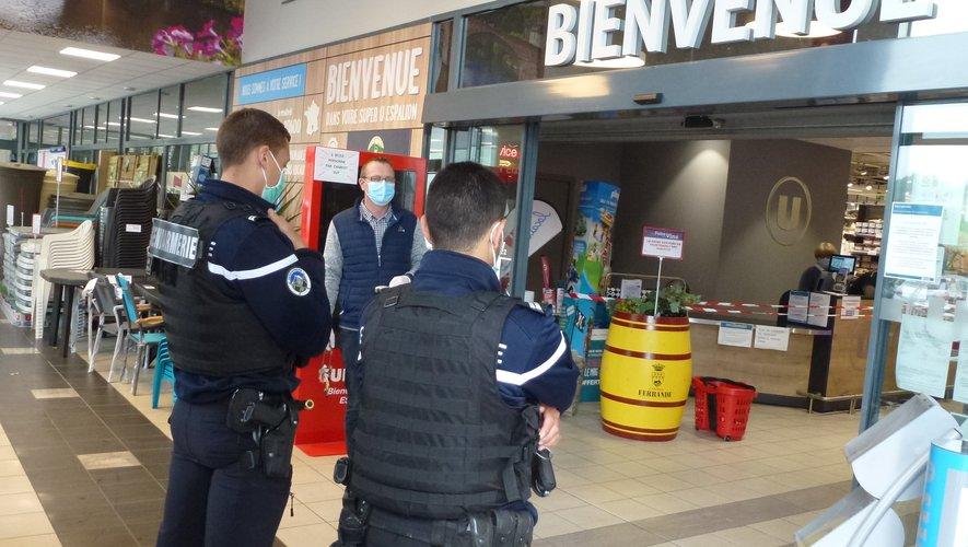 Samedi le directeur du magasin et les gendarmes accueillaient les clients.