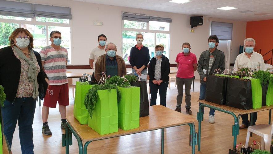 Ce mardi matin salle des fêtes de Sébrazac, bénévoles et élus ont confectionné les colis, avant de les distribuer.