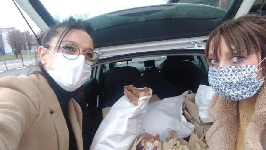 Christine Corail (à droite) et Sylvie Vezy récoltent tous les jours les dons pour les soignants.