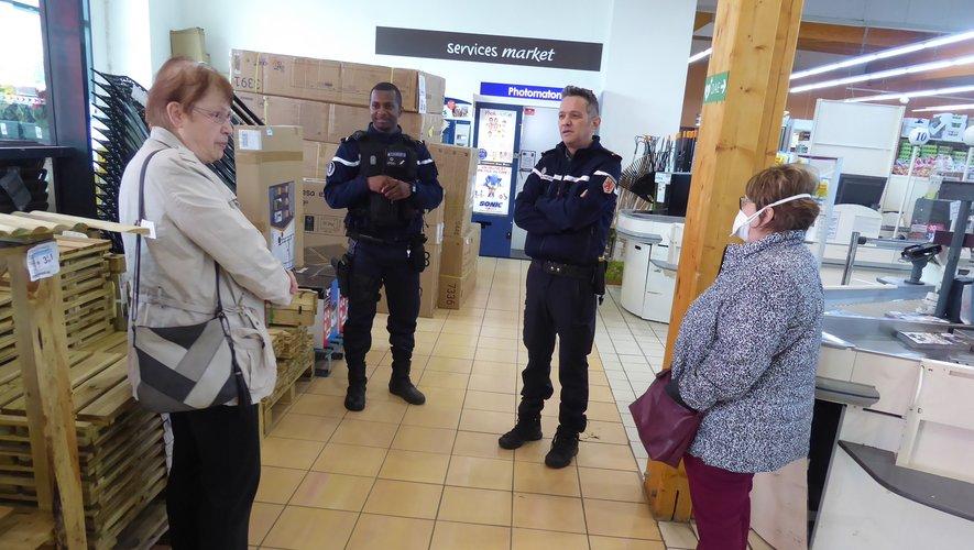 Les gendarmes échangeant avec Colette et Marie-Jeanne dans le hall de Carrefour Market.
