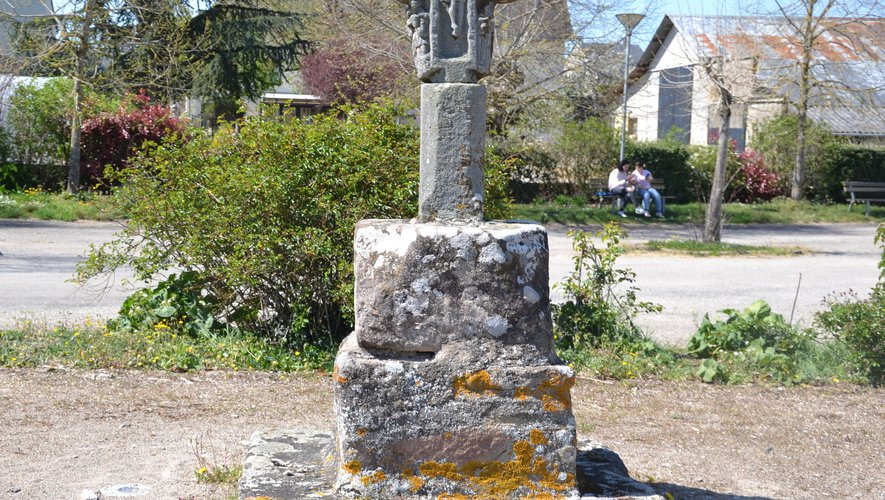 La croix vous accueille à l'entrée du village.