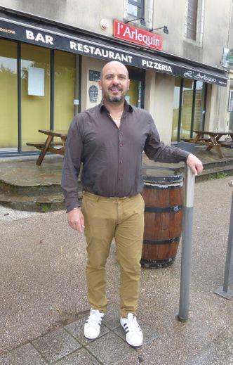 Frédéric Bou devant son restauran  à La Primaube.