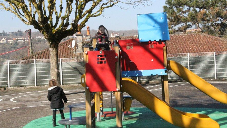 Ci-dessus, la cour de l'école maternelle de La Chartreuse.