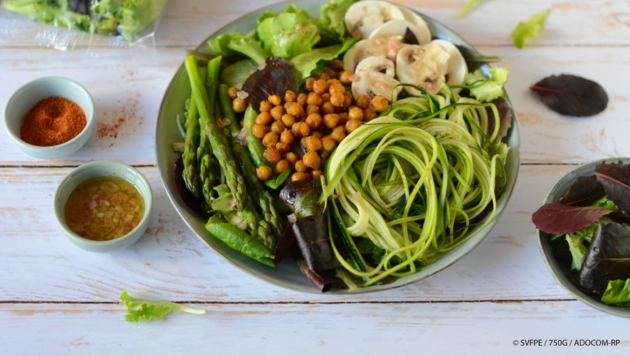 Salade healthy aux pois chiches rôtis, jeunes pousses, asperges vertes, champignons et spaghettis de courgettes