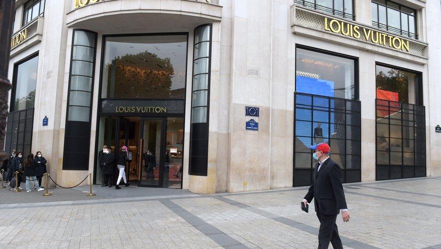 Une queue s'est formée devant la boutique Louis Vuitton des Champs-Elysées qui a rouvert ce lundi 11 mai