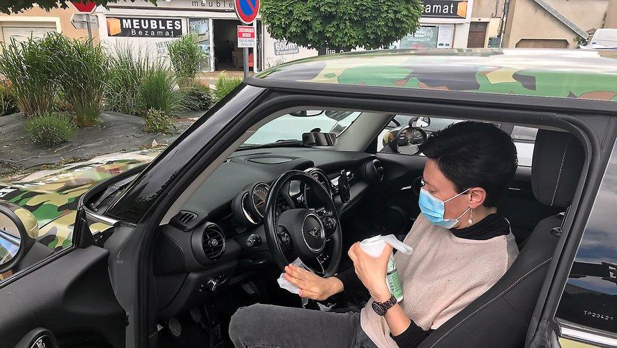 Séance de nettoyage du véhicule tous azimuts pour Adeline. Et Clara pourra prendre le volant.