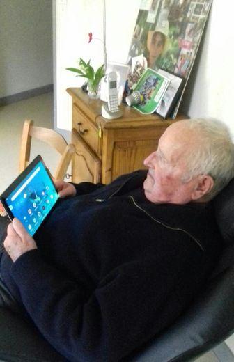 Grâce à la tablette, chaque résident peut voir sa famille et converser avec elle sans risque.